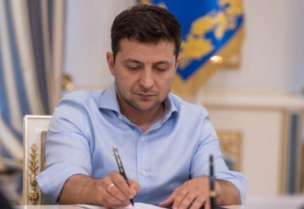 Зеленский подписал закон об уменьшении финансовой нагрузки на работодателей