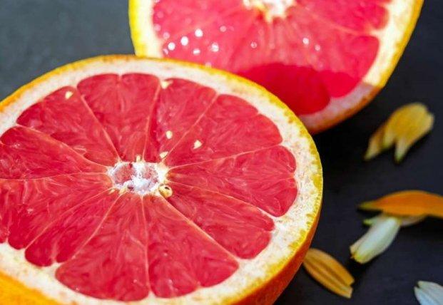 Медики объяснили, при каких заболеваниях опасно есть грейпфрут