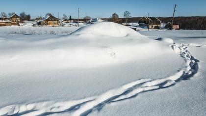 Жители поселка под Кемерово из-за снега оказались вынуждены передвигаться