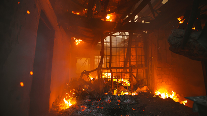 Производственное здание с кислородными баллонами загорелось в Омске