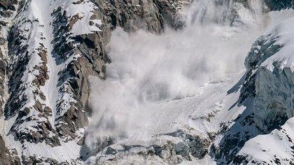 Туристическая группа попала под лавину в горах в Мурманской области