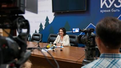 Заместитель председателя правительства Кузбасса Елена Паховома отвечает на вопросы в прямом эфире