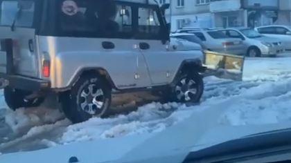 Житель Бийска переоборудовал свой УАЗ для уборки снега во дворе
