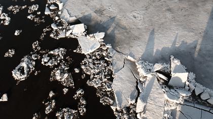 Течение унесло льдину с подростками на середину реки в Новосибирске